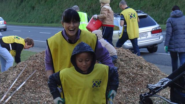 Mormon Helping Hands Volunteers: Bark Chips